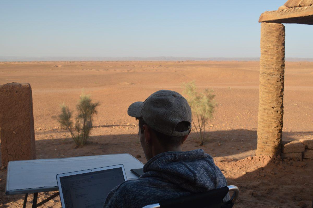 Onderweg werken op reis in de Sahara
