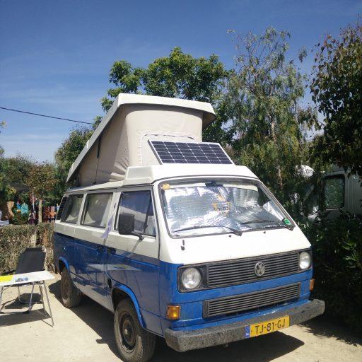 Zonnepaneel in de bagagebak op de Volkswagen T3 camper
